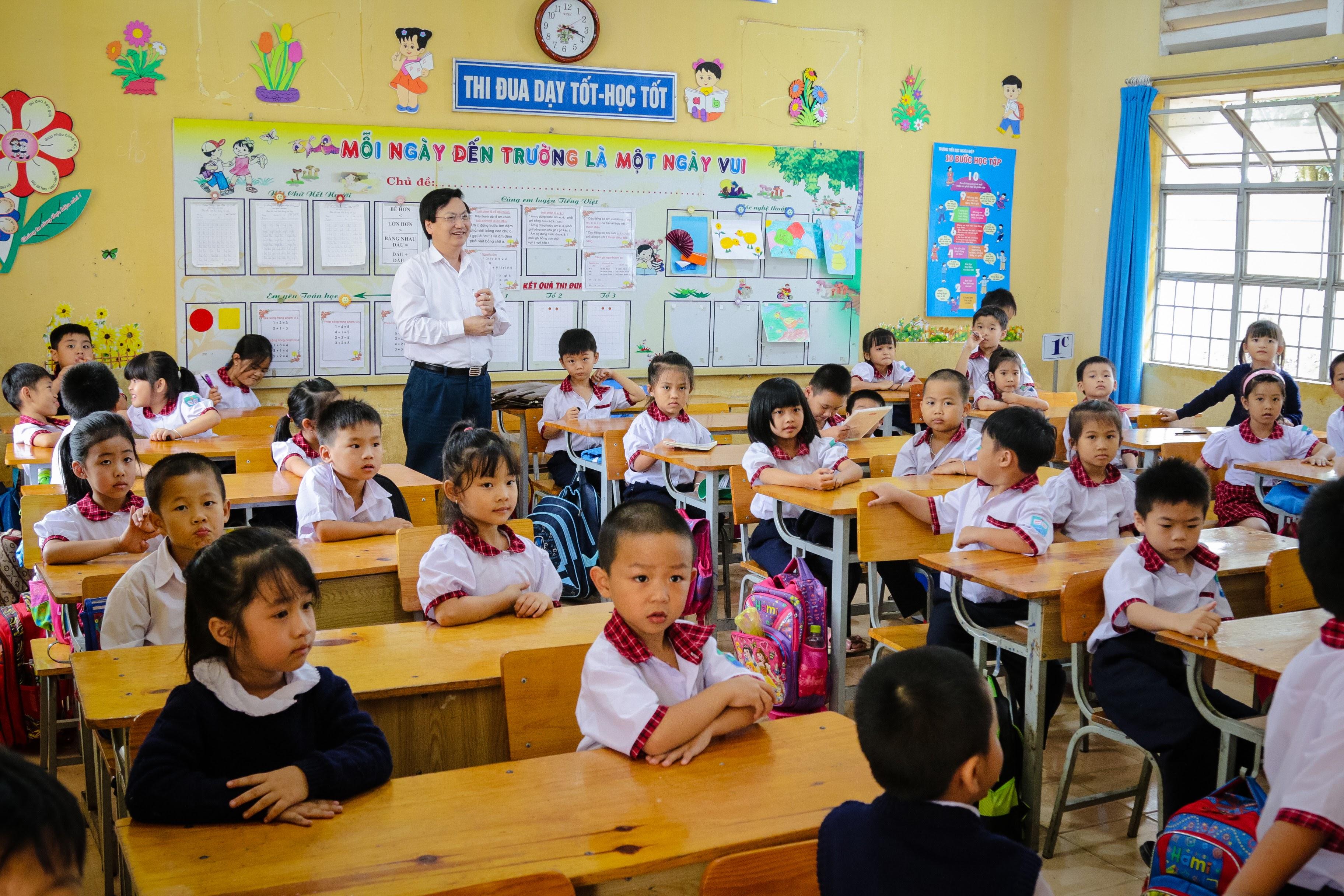 Cán bộ – Giáo viên công nhân viên và học sinh trường Tiểu học Nghĩa Hiệp vui mừng đón BGD&DT về thăm trường